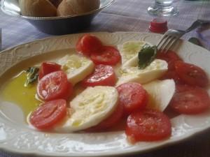 La mozzarella di bufala, olio e pomodori hanno sapori unici! Che bella che è l'Italia